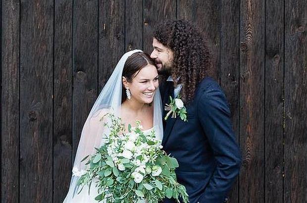 Ewa Farna we wrześniu tego roku stanęła na ślubnym kobiercu. Dopiero teraz możemy zobaczyć, jak wyglądał gorący pocałunek młodej pary.