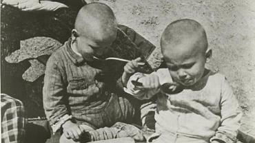 Mali uchodźcy podczas posiłku po ucieczce ze Związku Radzieckiego. W Iranie dzieci zostały zakwaterowane w Teheranie w szkole lotniczej przekształconej w sierociniec