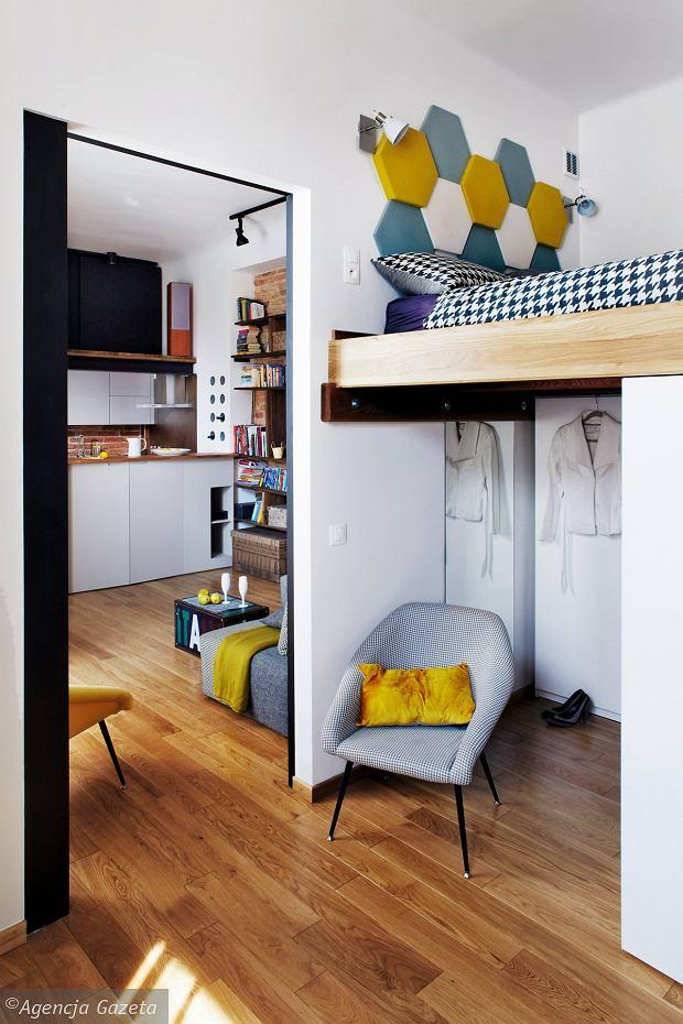 Umieszczenie łóżka (a ściślej mówiąc, samego materaca) pod sufitem pozwoliło wygospodarować miejsce na liczne schowki. Szafy zostały ustawione wkształt litery U; do każdej jest swobodny dostęp.