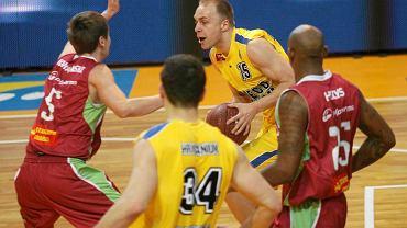 Koszykarze Asseco Prokom Gdynia (żółte stroje) pokonali w Hali 100-lecia Sopotu Polpharmę Starogard 88:64. Z piłką Łukasz Koszarek