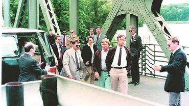 11 czerwca 1985 r. Marian Zacharski (z rękami w kieszeniach) przechodzi na wschodnią stronę berlińskiego mostu Glienicke podczas wymiany szpiegów. Zdjęcie pochodzi z ''Nazywam się Zacharski. Marian Zacharski. Wbrew regułom''