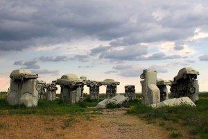 Największy sześciopak piwa na świecie i Stonehenge zbudowane z samochodów. 20 najdziwniejszych atrakcji na poboczach autostrad USA