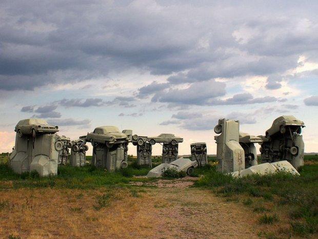 Najwi�kszy sze�ciopak piwa na �wiecie i Stonehenge zbudowane z samochod�w. 20 najdziwniejszych atrakcji na poboczach autostrad USA