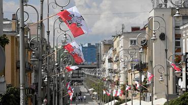 Kielce, ul. Sienkiewicza. Biało-czerwone flagi z symbolem Narodowych Sił Zbrojnych