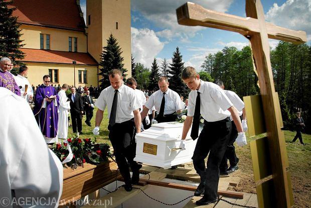 Pogrzeb matki i dzieci, kt�re zgin�y w po�arze domu w Jastrz�biu