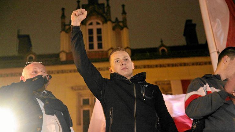 Były ks. Jacek Międlar na marszu ONR i kibiców podczas Dnia Niepodległości, rok 2016
