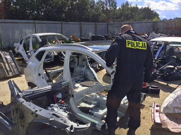 Oto, co złodzieje robią z twoim autem. Policja pokazuje samochodowe szkielety