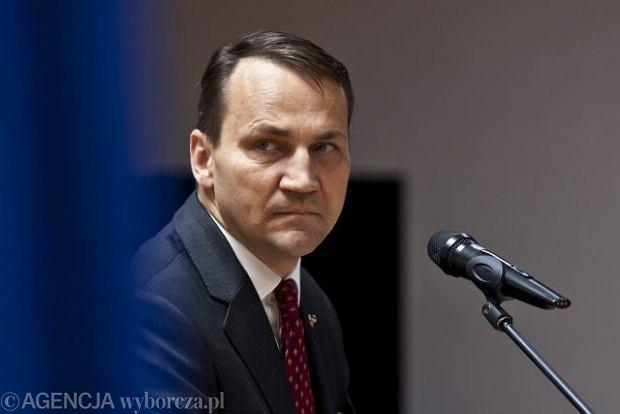 """Sikorski w TOK FM: """"Nikt nie uwierzy w misj� pokojow�, niezale�nie od tego, jaki kolor b�d� mia�y rosyjskie czo�gi"""""""