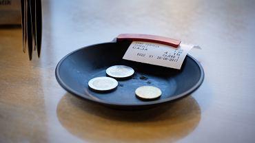 Choć w Polsce zostawianie napiwku nie jest obowiązkowe, przyjęło się, by wynagrodzić kelnera za profesjonalną obsługę