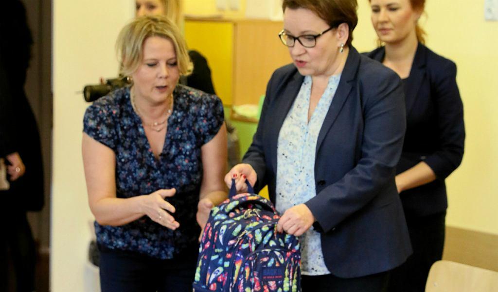 dff736cda9c27 Anna Zalewska ważyła plecaki. Uczniowie mieli zostawić książki w ...