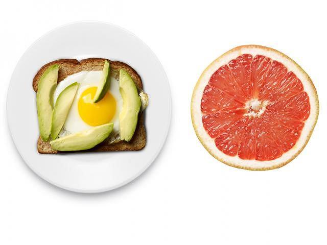 Pełnoziarnisty tost z awokado i jajkiem + połówka grejpfruta