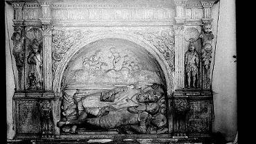 Renesansowa płyta nagrobna ukazująca dwóch tulących się do siebie braci Wolskich. Przypisywany przez uczonych Janowi Michałowiczowi z Urzędowa uchodził za jedno z najwybitniejszych dzieł sztuki XVI wieku w Warszawie.