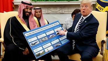 Saudyjski władca książę Mohammed bin Salman z prezydentem Donaldem Trumpem w Gabinecie Owalnym (na planszy wykaz broni sprzedawanej przez USA Rijadowi). Waszyngton, 20 marca 2018 r.