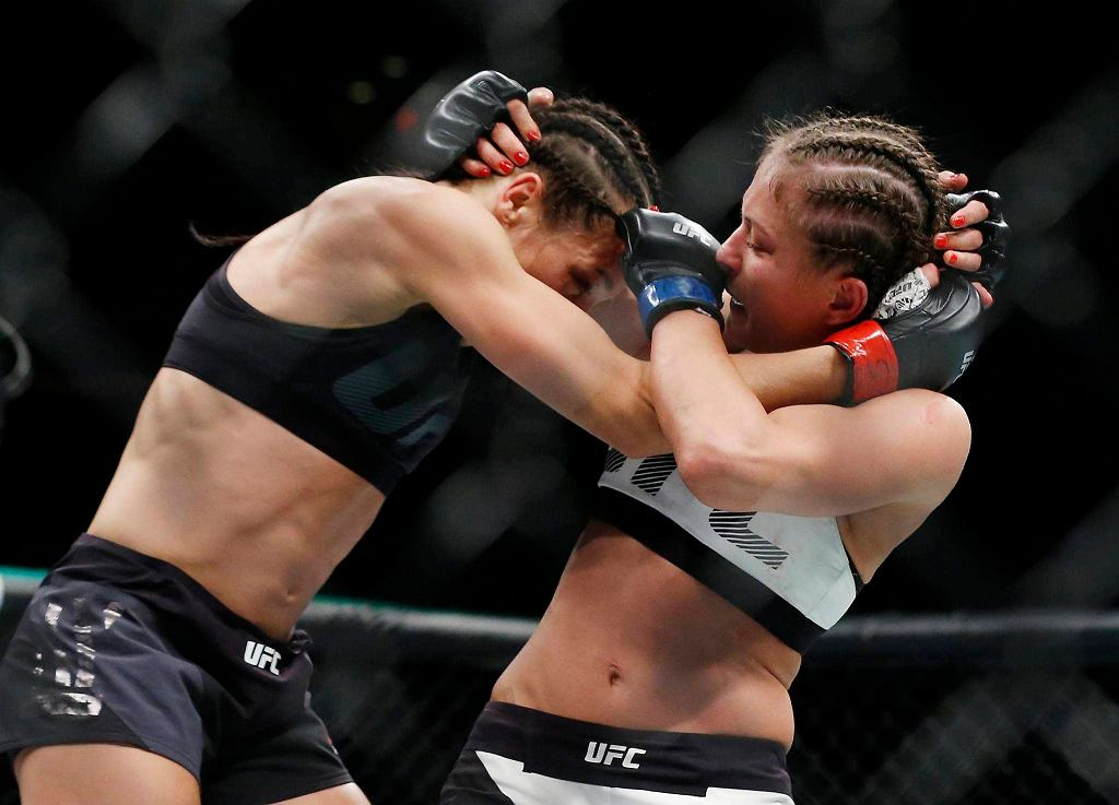 To mistrzyni UFC kontrolowała walkę, regularnie punktowała Kowalkiewicz niskimi kopnięciami oraz mocnymi ciosami i łokciami.