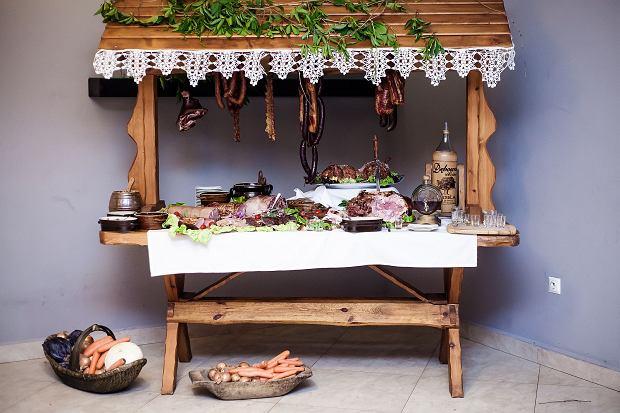 Kącik z tradycyjnymi mięsnymi specjałami. Starsze pokolenia nie wyobrażają sobie, żeby tego elementu zabrakło podczas wesela.