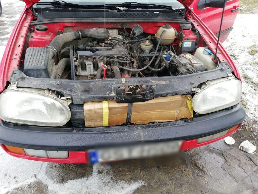 Samochód z dodatkowym zabezpieczeniem chłodnicy