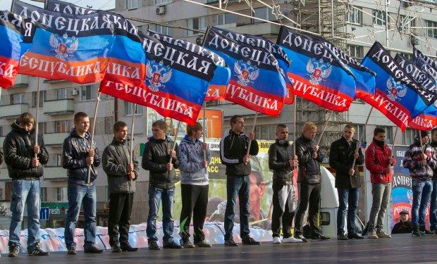 Mężczyźni z flagami Donieckiej Republiki Ludowej