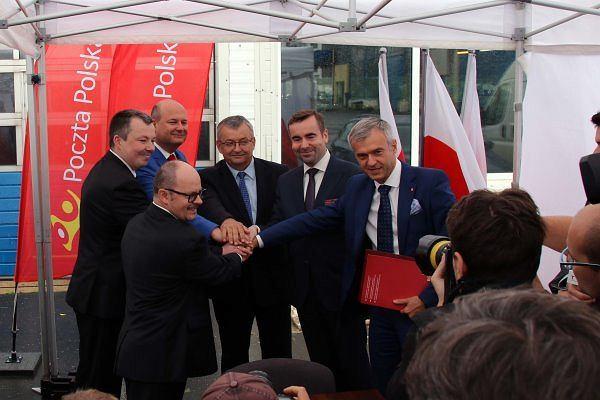 Uczestnicy uroczystości podpisania umowy na budowę mieszkań w Warszawie w ramach Mieszkania Plus