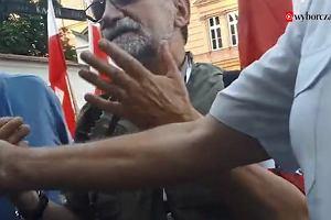 """Reporter """"Wyborczej"""" zaatakowany na miesięcznicy smoleńskiej w Krakowie. Policja interweniowała dopiero na prośbę dziennikarza"""