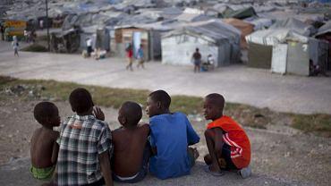 Obóz namiotowy pod Port-au-Prince. Ludzie, którzy stracili domy, za dnia smażą się w upale, a wieczorem mokną