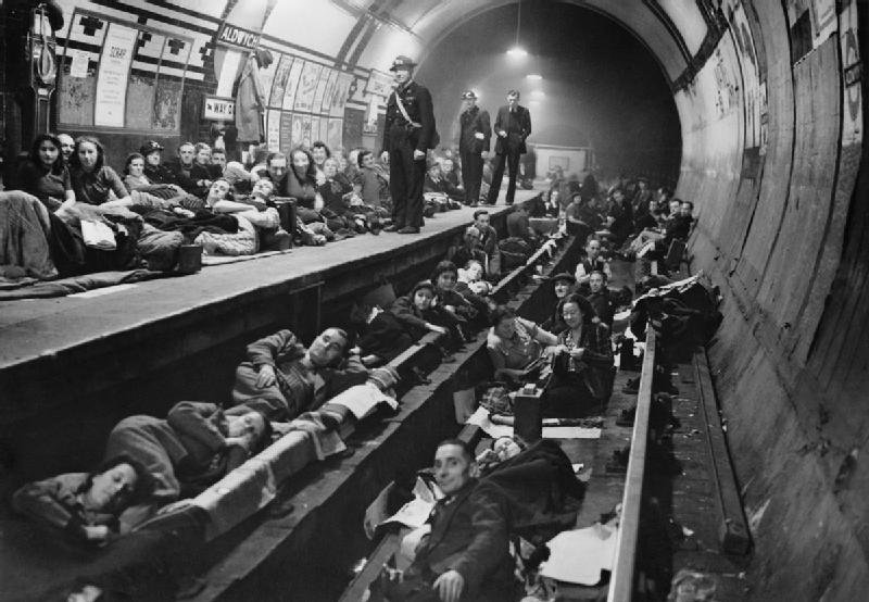 Londyńczycy znaleźli schronienie w metrze (fot. autor nieznany / public domain)