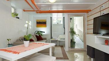 Biegnące pod sufitem rury pomalowano na intensywnie pomarańczowy kolor. Dzięki temu zamieniono je w ozdobę pomieszczenia.
