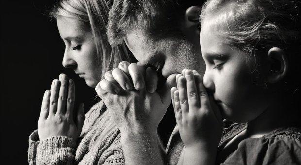 Rodzina pogrążona w modlitwie
