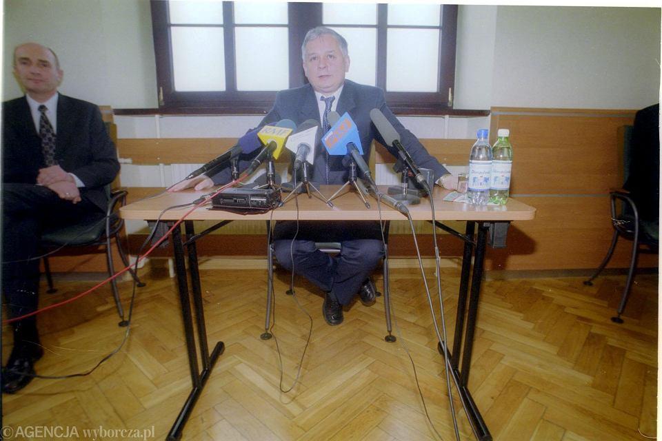 Lech Kaczyński jako minister sprawiedliwości na konferencji prasowej we Wrocławiu w 2001 roku.