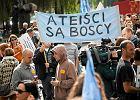 Oto polscy ateiści: mniej ważny jest dla nich patriotyzm, nie potępiają homoseksualistów [SONDAŻ]