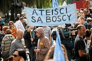 Oto polscy atei�ci: mniej wa�ny jest dla nich patriotyzm, nie pot�piaj� homoseksualist�w [SONDA�]