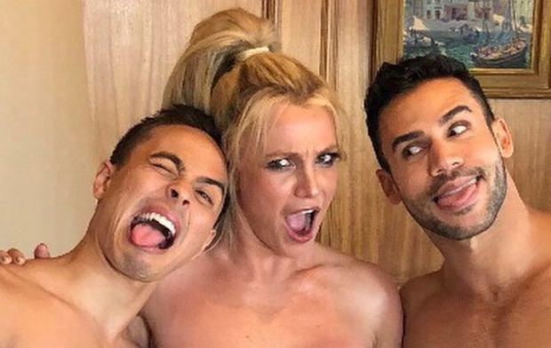 Od kiedy Britney Spears odzyskała dawną figurę, coraz częściej pokazuje ciało na zdjęciach. Tym razem trochę przesadziła. Wprawdzie nie odsłoniła wszystkiego, ale jej majtki wyglądają na za małe.
