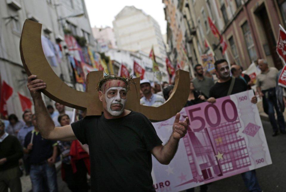 Lizbona, październik 2014, protest przed portugalskim parlamentem przeciw planom oszczędnościowym i cięciom wynagrodzeń