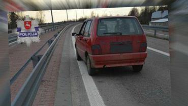 Kierowca fiata ciągnął psa za samochodem