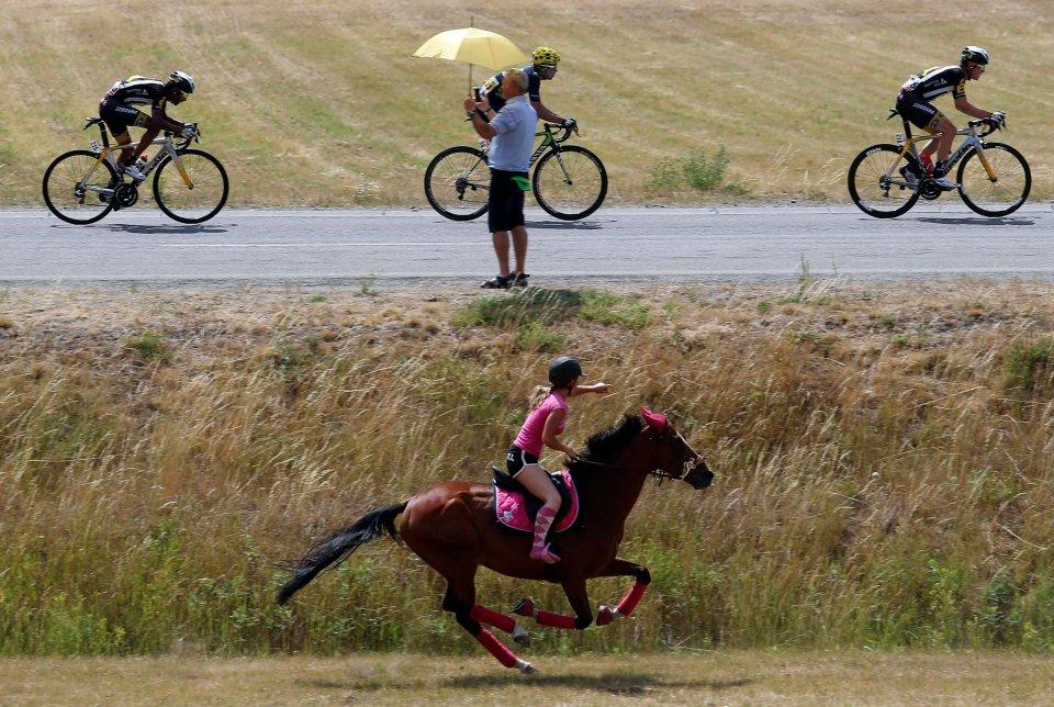 Zdjęcie numer 0 w galerii - Tour de France 2015. Pościg na koniu, kraksy, groźne bydło i kolarze linowi [NAJLEPSZE ZDJĘCIA]