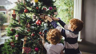 Ubieranie choinki może stać się wspaniałym, rodzinnym rytuałem.