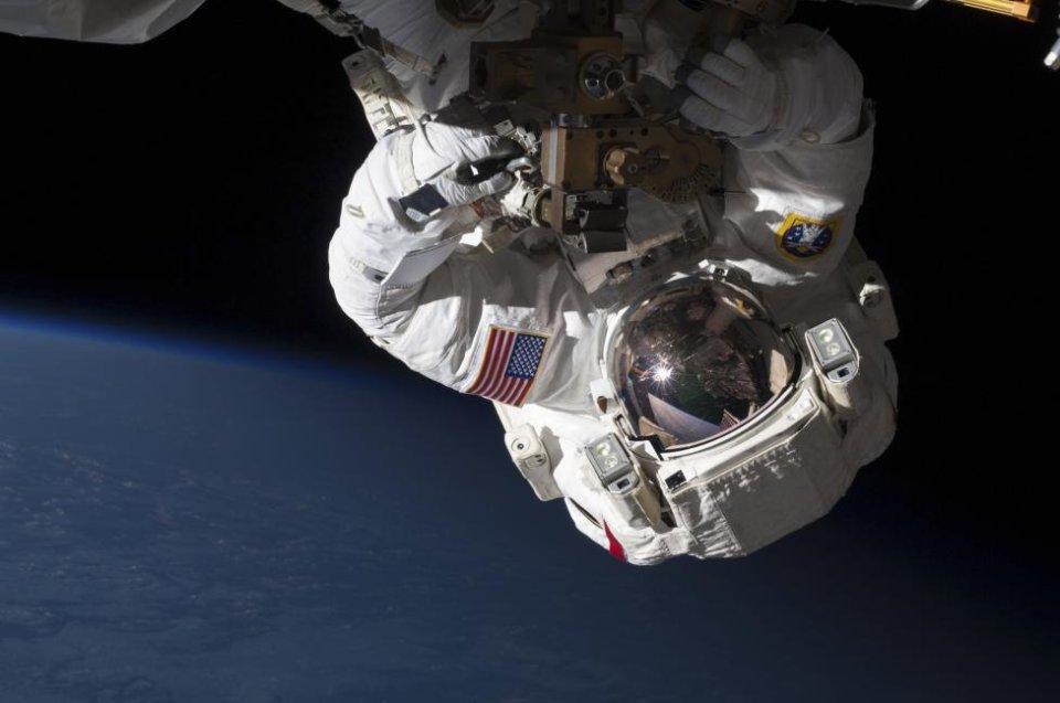 Astronauci Cassidy and Marshburn wymieniają pompę na Międzynarodowej Stacji Kosmicznej.