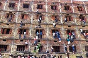 Tak karz� w Indiach za �ci�ganie. 600 licealist�w wyrzuconych ze szk�
