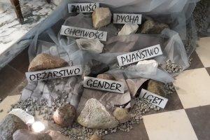 Szokujący Grób Pański pod Warszawą: gender, LGBT, liberalizm i pornografia