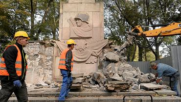 Z głównej alei Parku Skaryszewskiego znika pomnik Wdzięczności Żołnierzom Armii Radzieckiej.