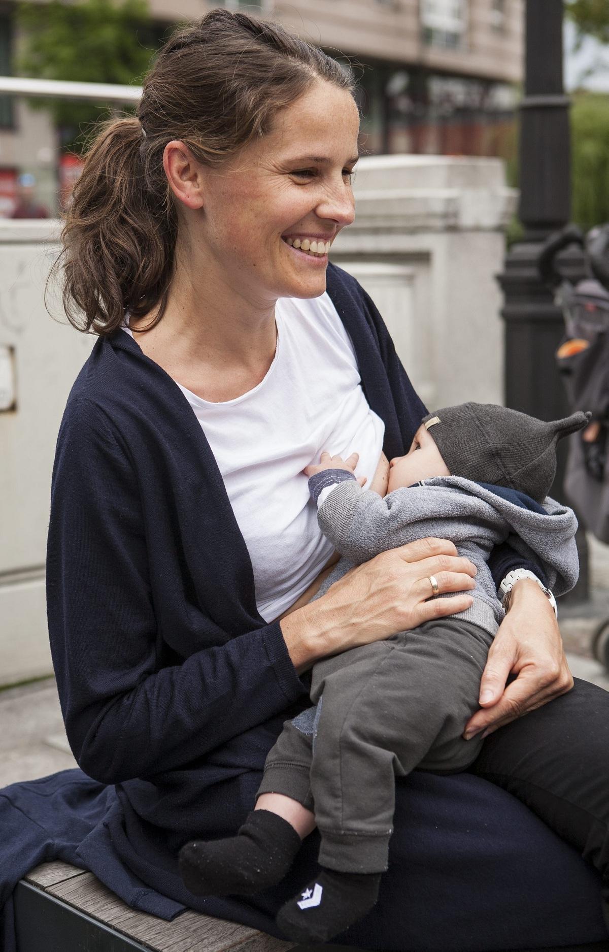 Niemowlęta karmione piersią trawią pokarm matki szybciej niż mleko modyfikowane, więc muszą ssać pierś częściej (fot. Tomasz Fritz / Agencja Gazeta)