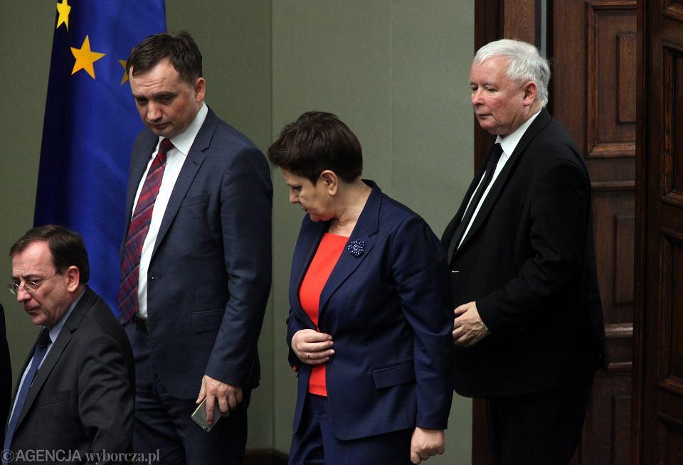 Według najnowszego sondażu CBOS partia Jarosława Kaczyńskiego wciąż jest na czele