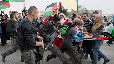 Izraelska straż graniczna w starciu z palestyńskimi protestantami na jednym z punktów kontrolnych w Betlejem na Zachodnim Brzegu.