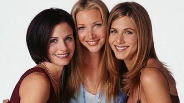 """W tym roku mija 10 lat od zakończenia jednego z najpopularniejszych seriali komediowych wszech czasów - """"Przyjaciół"""". Kręcono go przez 10 lat od 1994 do 2004 roku. Jennifer Aniston, Courteney Cox i Lisa Kudrow grały w nim rówieśniczki, choć w rzeczywistości pomiędzy nimi jest kilka lat różnicy. Najmłodsza jest Aniston - dziś ma 45 lat, Cox jest 50-latką, a Kudrow w środę obchodziła 51. urodziny. Tak gwiazdy wyglądały w połowie kręcenia serialu. Od tego czasu trochę się zmieniły."""