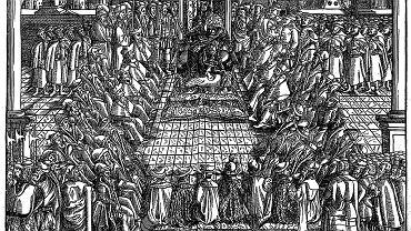 Sejm koronacyjny Zygmunta August w 1548 r. (ostatni Jagiellon jako jedyny polski król został koronowany za życia ojca w 1530 r., a pełnię władzy przejął po śmierci Zygmunta Starego w 1548 r.) na grafice zamieszczonej w dziele XVI-wiecznego historyka Jana Herborta z Fulsztyna 'Statuta y Przywileie Koronne' z 1570 r. W sejmowym kręgu widać siedzących senatorów, zarówno duchownych, jak i świeckich, oraz stojących za ich plecami posłów ziemskich. Podczas sejmu koronacyjnego król przysięgał przestrzegać ustanowionych praw stanów. W przypadku władców wybieranych w wolnej elekcji były to artykuły henrykowskie ujmujące w 21 punktach podstawowe zasady ustrojowe oraz pacta conventa - ustalane na każdym sejmie elekcyjnym zobowiązania króla wobec wyborców, czyli szlachty.