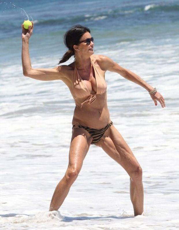 La modelo Janice Dikinson se desnuda en pleno