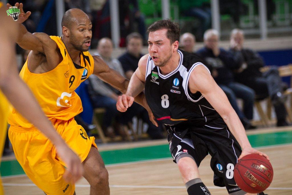 Michał Chyliński (z prawej) w meczu Turów Zgorzelec - Telenet Ostenda w Pucharze Europy