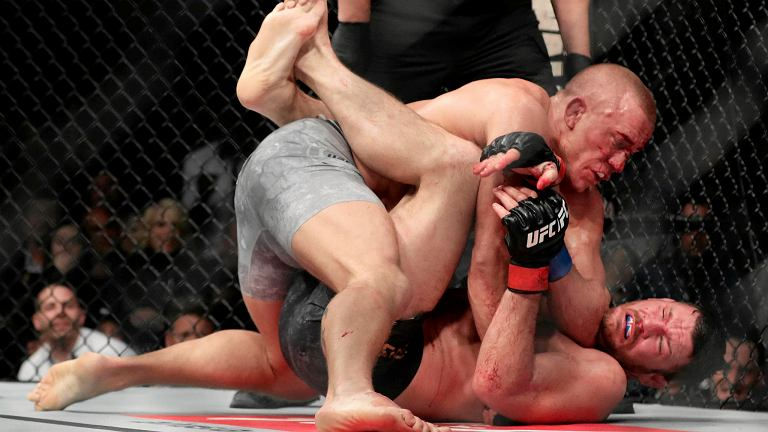 W walce wieczoru UFC 217 niespodziewanie ze sportowej emerytury wrócił legendarny już Georges St. Pierre (26-2). Były mistrz wagi półśredniej wrócił po czterech latach przerwy i od razu dostał szansę mistrzowską w kategorii średniej. Kanadyjczyk miał problemy, a nie zawiódł po szaleńczym boju poddając Michaela Bispinga (30-8).