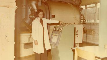 Urządzenie sterujące ruchem taśmociągów z kawą paloną kierowaną do zbiorników (wyposażone w wagę kontrolną) w hali prażalni Poznańskiej Palarni Kawy Astra na Garbarach