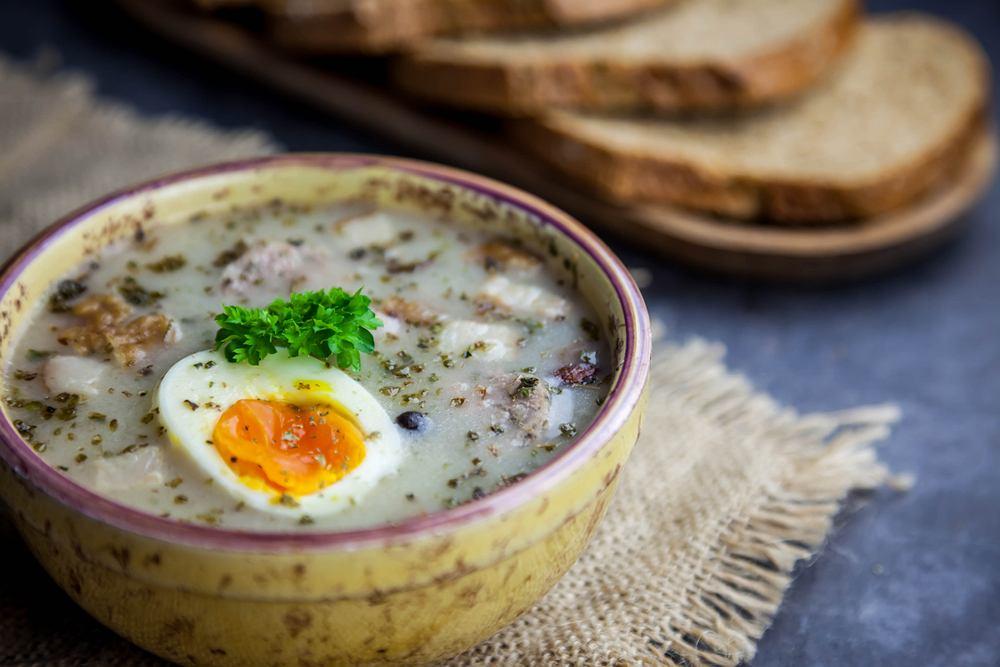 Barszcz biały w polskich domach podaje się w dwóch wersjach - albo mięsny z kiełbasą i jajkiem, albo postny.