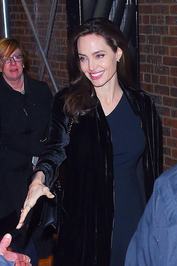 Zdjęcie numer 2 w galerii - Angelina Jolie delikatnie przytyła. Dawno nie wyglądała tak dobrze! Promienny uśmiech tylko to potwierdza